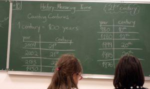 tableau de classe de primaire en classe d'histoire en anglais