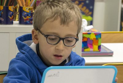Petite garçon en classe d'anglais de primaire à l'école bilingue français anglais Greenfield de Lyon